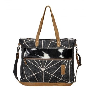FLATTERING  MESSENGER BAG